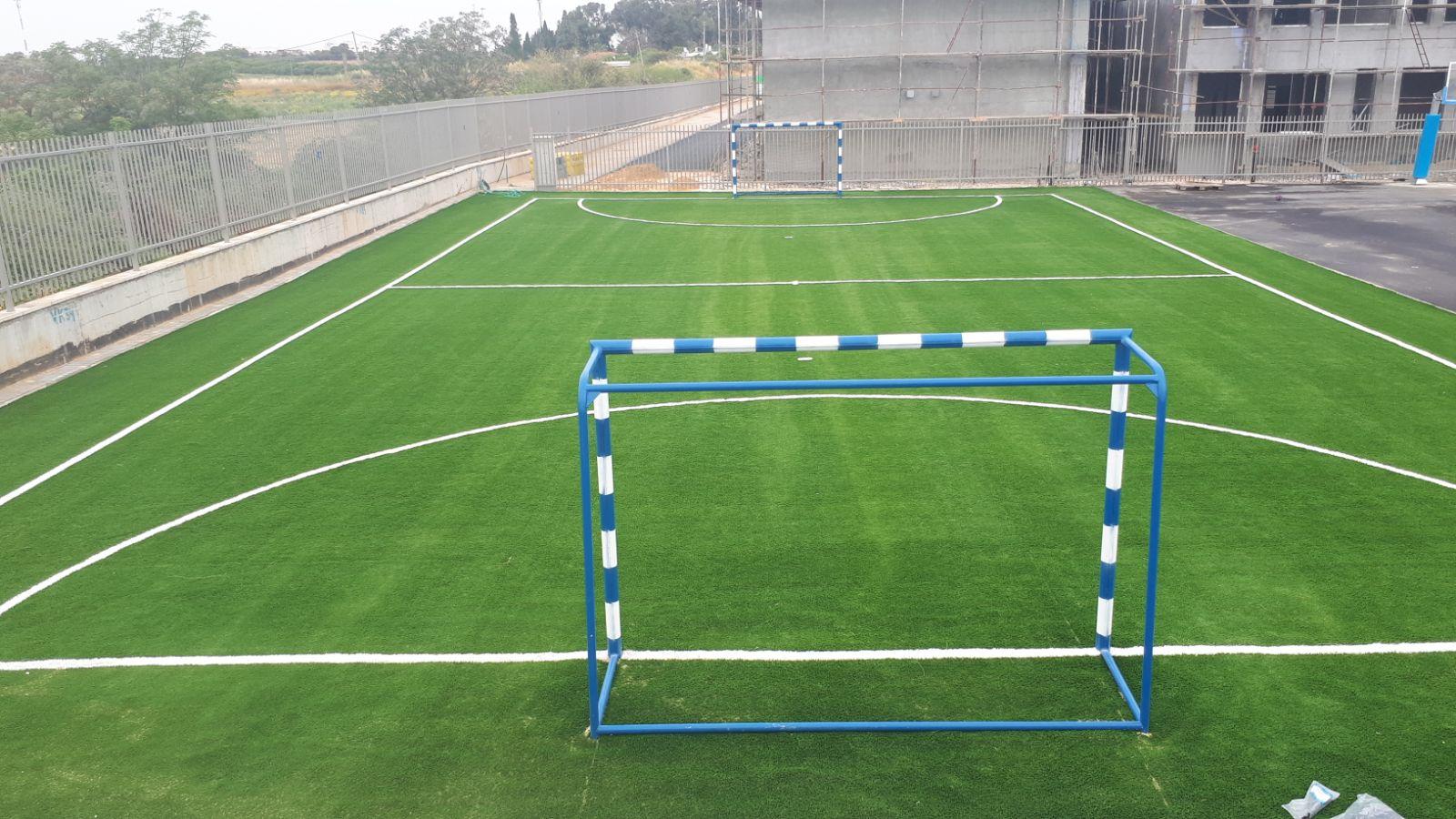 מגרש כדורגל עם דשא סינתטי